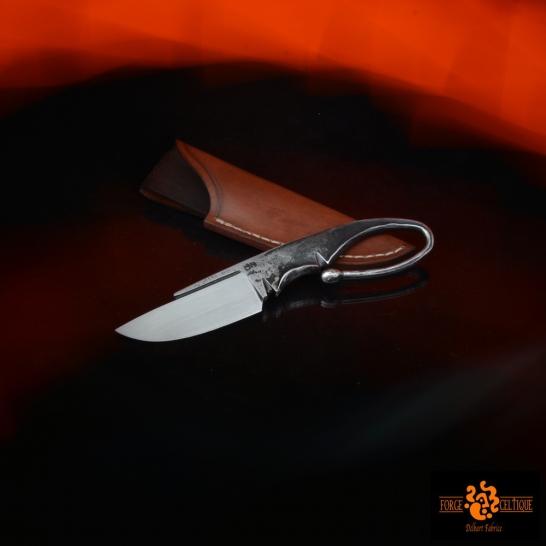 Couteau brut de forge Acier XC75 trempe sélective 60 hrc 65mm de tranchant pour un total de 150mm finition tiré en long étui en cuir naturel teinté --95eur--(Vendu)