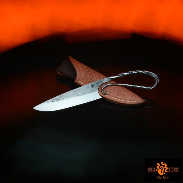 Couteau brut de forge Acier XC75 trempe sélective 60 hrc 80mm de tranchant pour un total de 150mm finition tiré en long étui en cuir naturel teinté --95eur--