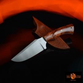 Couteau en acier O2trempe sélective a 60hrc finition tiré en longplaquettes en thuya du maroc110mm de tranchant pour un total de 260mmétui en cuir naturel texturé et teinté --240eur--