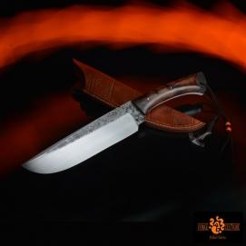 couteau brut de forge acier 02 trempe sélective 60hrc tranchant de 180mm pour un total de 340mm (finition tiré en long) plaquettes en ébène royal cannelures sur le dos de la lame et du bois dragonne avec marteau de thor brut de forge et perles en verre étui en cuir texturé et teinté --350eur--