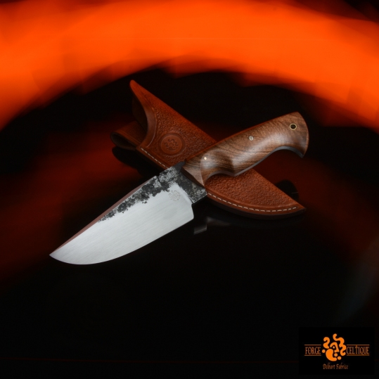 Couteau brut de forge Acier 02 trempe sélective 60hrc 120mm de tranchant pour 260mm au total plaquettes en noyer étui en cuir naturel teinté et texturé --250eur--