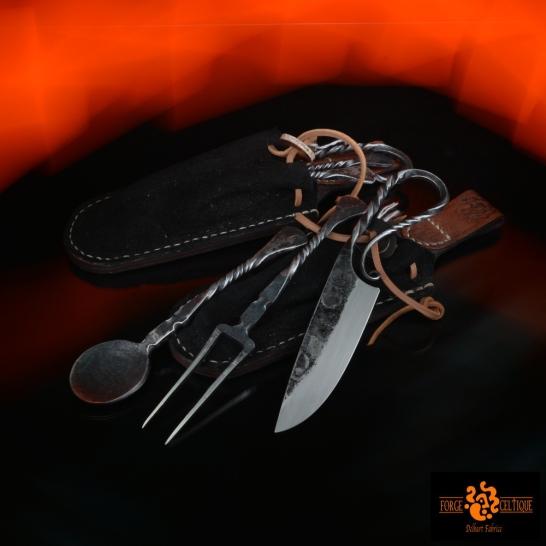 Kit repas avec housse une cuiller en ferune fourchette en ferun couteau brut de forge en acier XC75le tout dans une housse en cuir de chez native héritage --140eur--