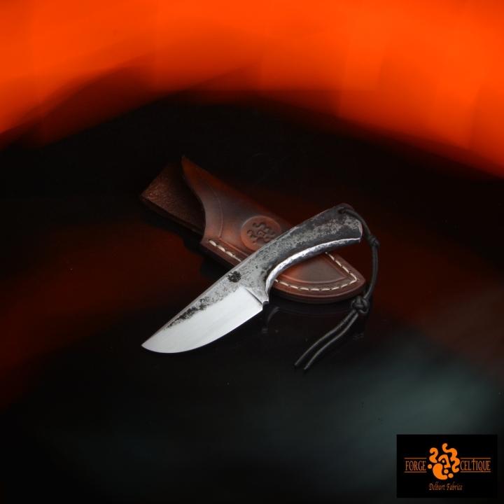Couteau brut de forge Acier XC75 trempe sélective 60 hrc 55mm de tranchant pour un total de 120mm finition tiré en long étui en cuir naturel teinté --95eur--